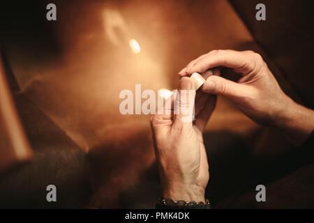 Die Hände der weiblichen Juwelier, Ring an ihrer Werkbank. Frau Schmuck Teekocher Hände basteln neue Schmuck in der Werkstatt. Nahaufnahme der weiblichen Goldschmied ha - Stockfoto