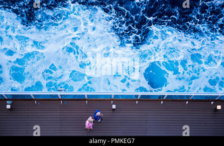 Der Mann und die Frau zu Fuß entlang der Brücke Kreuzfahrtschiff MSC Seaview, durch blaue stürmische See umgeben, Ansicht von oben, Italien, Europa - Stockfoto