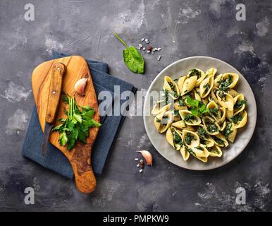 Conchiglioni Nudeln mit Spinat cremige Soße - Stockfoto