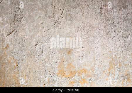 Gelbe Stuck gestrichene Wand erzeugen Ungenauen und interessante Textur, wie es zerfällt. Wallpaper / Hintergrund. - Stockfoto