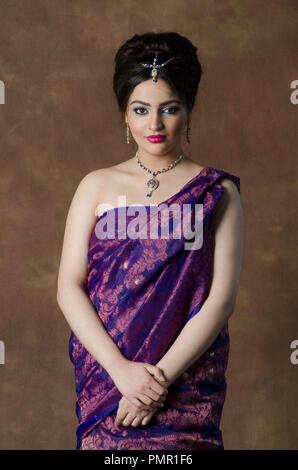 Schöne asiatische Frau Sari tragen - Stockfoto