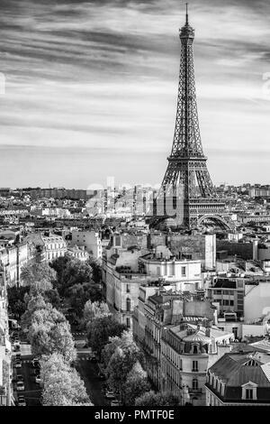 Eiffelturm, Paris, Frankreich, im Vordergrund die Avenue d'Iéna - Stockfoto