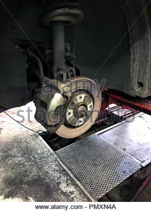 Auf Bremsscheibe eines Autos ohne Räder Detail - Stockfoto