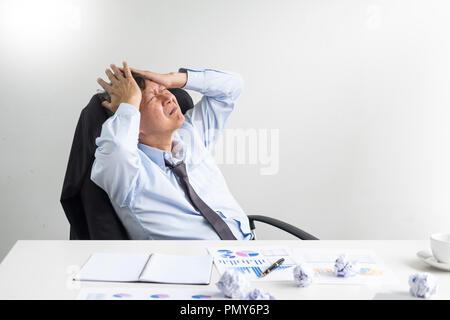 Niedergeschlagen und müde Geschäftsmann Ende traurig und Problembehebung im Amt. im Tagungsraum. betont und bei der Arbeit Krise Konzept besorgt. - Stockfoto
