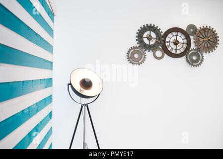 Recycelten Fahrrad Uhren an der Wand - Stockfoto
