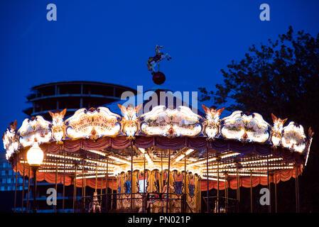 Karussell Beleuchtung   Kinder Karussell In Einem Vergnugungspark In Der Abend Und Nacht