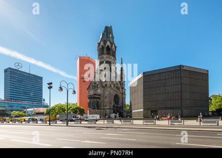 Berlin, Deutschland - 27. Mai 2017: Kaiser-Wilhelm-Kirche, Turm und moderne Glockenturm in Berlin, Deutschland. Beschädigte Turm ist ein Symbol für Berli - Stockfoto