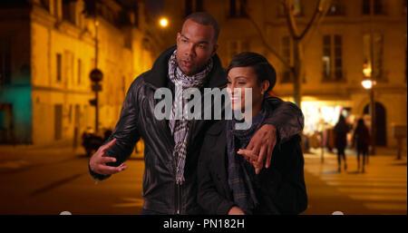 Schwarzer Mann und Frau in Beziehung sprechen, während sie Paris bei Nacht - Stockfoto