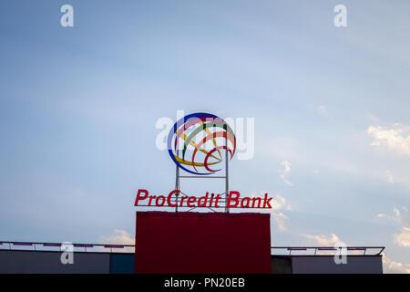 Belgrad, SERBIEN - 19. SEPTEMBER 2018: ProCreditBank Logo auf Ihrer Hauptniederlassung für Serbien. Pro Credit Bank ist eine deutsche Geldinstitut specializ - Stockfoto