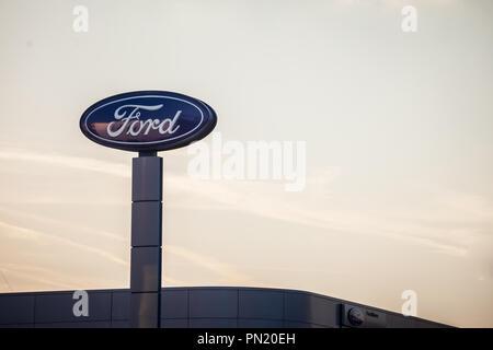 Belgrad, SERBIEN - 19. SEPTEMBER 2018: Ford Logo auf ihren wichtigsten Händler store Belgrad. Ford ist ein amerikanisches Auto und Kfz-Hersteller, der sec - Stockfoto