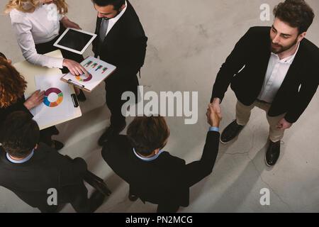 Handshaking business Person im Büro. Konzept der Teamarbeit und Partnerschaft - Stockfoto