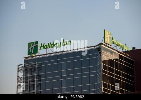 Belgrad, SERBIEN - 19. SEPTEMBER 2018: Holiday Inn Logo auf ihren wichtigsten Hotel in Serbien. Holiday Inn ist eine weltweite Marke von Hotels, Teil der InterCo - Stockfoto