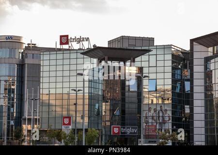 Belgrad, SERBIEN - 19. SEPTEMBER 2018: Logo des Triglav Versicherung auf ihren Sitz in Belgrad. Versicherung Triglav ist der größte slowenische c - Stockfoto