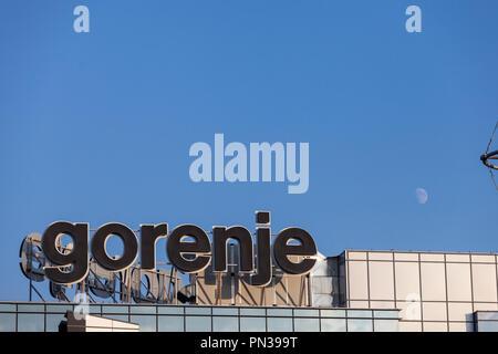 Belgrad, SERBIEN - 19. SEPTEMBER 2018: Logo von Gorenje auf ihre Hauptniederlassung in Belgrad. Gorenje ist ein slowenischen Hersteller von weißer Ware, inländische - Stockfoto