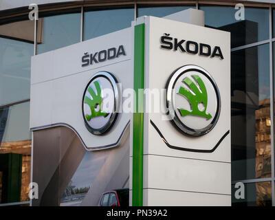 Belgrad, SERBIEN - September 19, 2018: Skoda Logo auf ihren wichtigsten Händler store Belgrad. Skoda ist eine tschechische Auto und Kfz-Hersteller teil. - Stockfoto