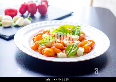 Platte mit italienischen gnocchi aus kartoffeln mit for Marmor kuchentisch