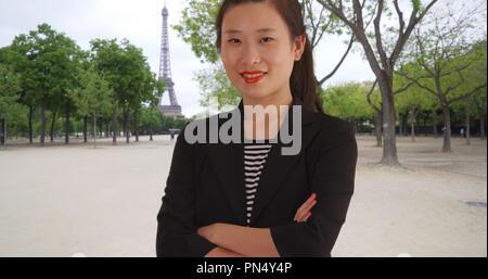 Happy tausendjährigen Geschäftsfrau mit Waffen in Paris Frankreich gekreuzt - Stockfoto