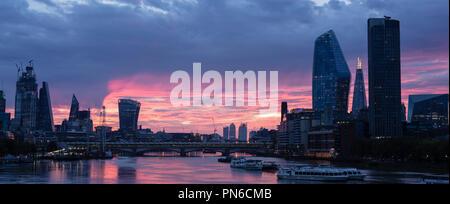Sonnenaufgang über die Themse in London von der Waterloo Bridge, mit dem Shard, South Bank Tower, die Vase und das Walkie talkie Wolkenkratzer Stockfoto