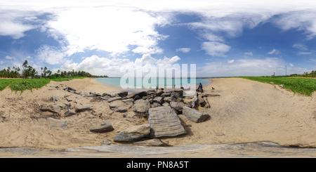 Lokale Familie am Strand in der Nähe von Colombo, Sri Lanka - Stockfoto