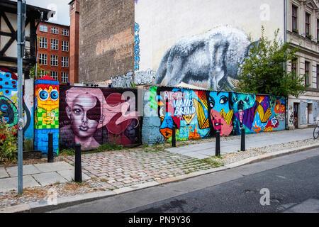Berlin, Prenzlauer Berg. Passen die Freie Internationale Tankstelle, denkmalgeschützten ehemaligen Tankstelle an der Wand für urbane Kunst Woche 2018 eingerichtet - Stockfoto