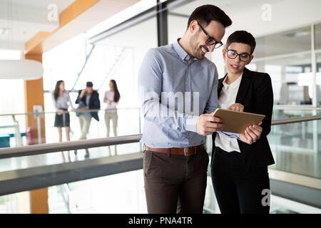 Zuversichtlich Geschäftspartner Fuß in Bürogebäude und sprechen - Stockfoto