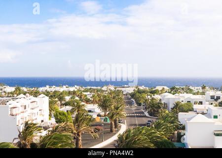 COSTA TEGUISE, SPANIEN Dezember 12, 2017: Blick aufs Meer von Costa Teguise Dorf am 12. Dezember 2017 auf der Insel Lanzarote, Spanien. Costa Teguise - Stockfoto