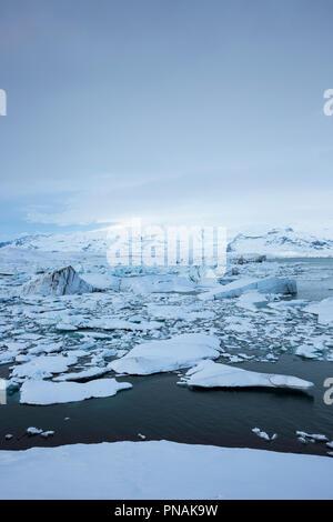 Gletscherlagune Jokulsarlon von Vatnajökull National Park. Schwimmende Eisberge in blauem Wasser aus Breioamerkurjokull Gletscher, Teil des Vatnajökull Gletscher - Stockfoto