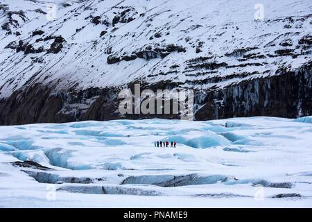 Gruppe der Touristen zu Fuß auf Abenteuer Trek auf Svinafellsjokull Gletscher eine Steckdose Gletscher Vatnajökull, South Island - Stockfoto