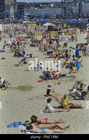 Urlauber am Strand von Margate, Kent, England, UK. Ca. 80er - Stockfoto