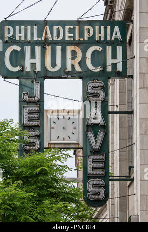 Alte Leuchtreklame, Philadelphia Kirche, Jesus rettet, Andersonville, Chicago, IL. - Stockfoto