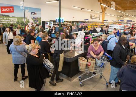 Besetzt Supermarkt Prufen Kassen Mit Langen Warteschlangen Von