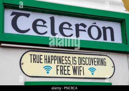 Limerick, Irland - 18. August 2018: eine Telefonzelle in der Republik Irland mit kostenfreiem WLAN. - Stockfoto