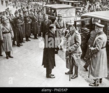 1930 s 30 JANUAR 1933 ADOLF HITLER neue Bundeskanzlerin begrüßt deutsche Präsident Paul von Hindenburg - q 72071 CPC 001 HARS SIEG STRATEGIE JANUAR BEGEISTERUNG FÜHRUNG LEISTUNGSSTARKE RICHTUNG GELEGENHEIT AUTORITÄT BERUFEN POLITIK HÄNDESCHÜTTELN NAZI ADOLF HITLER ÄLTERER Mann grüßt 1933 SCHWARZ UND WEISS KAUKASISCHEN ETHNIE BUNDESKANZLER ALTMODISCH - Stockfoto
