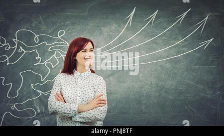 Konzept der Informationsverarbeitung als konzentrierte rothaarige Frau vor einem riesigen Tafel lächelnd wie Netzlinien kommen durch den Kopf und Transformieren - Stockfoto