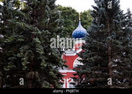 Kleine Kirche aus dem 18. Jahrhundert auf dem Territorium der alten orthodoxen Kloster in Pechory, Russland - Stockfoto