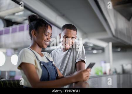 Studenten an Smartphones in den Pausen suchen - Stockfoto