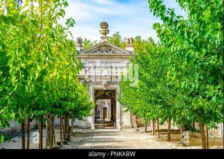 Frankreich. Gard (30). Villeneuve-Les-Avignon. Chartreuse Notre-Dame-du-Val-de-Bénédiction. Das monumentale Portal und der Gasse von maulbeerbaum - Stockfoto