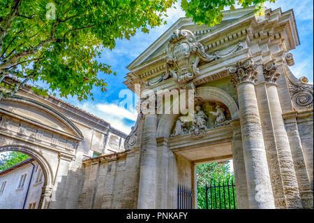 Frankreich. Gard (30). Villeneuve-Les-Avignon. Chartreuse Notre-Dame-du-Val-de-Bénédiction. Das monumentale Portal - Stockfoto