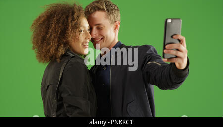 Nettes Paar die gerne selfie mit Smartphone auf Green Screen - Stockfoto