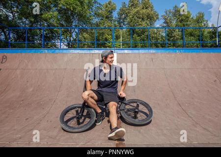 Reiter sitzen auf BMX in Skate park Ausruhen nach Reiten - Stockfoto