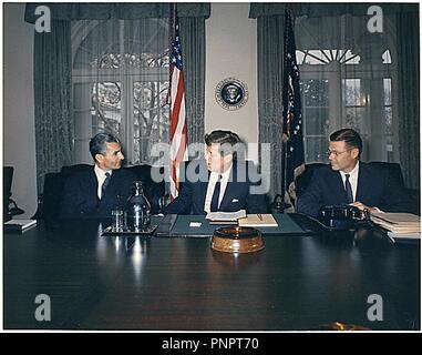 Washington, District of Columbia, USA. 13 Apr, 1962. Präsidenten der Vereinigten Staaten John F. Kennedy trifft der Schah des Iran, Mohammad Reza Shah Pahlavi, im Schaltschrank im Weißen Haus am 13. April 1962. Nach rechts: Shah Pahlavi, Präsident Kennedy, US-Verteidigungsminister Robert McNamara Credit: Robert Knudsen/CNP/ZUMA Draht/Alamy Live News Links - Stockfoto
