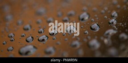 Bilder mit Nahaufnahme von Wassertropfen auf verschiedenen Materialien, Kunststoff, Metall und Glas. - Stockfoto