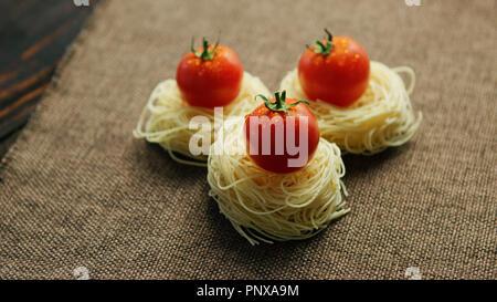 Gerollt Spaghetti mit Tomaten - Stockfoto