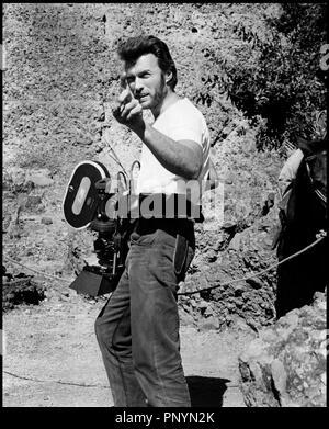 ... Clint Eastwood et Shirley MacLaine  Prod DB © Universal DR SIERRA  TORRIDE (zwei Maultiere FÜR SCHWESTER SARA) e51d10a9d4c
