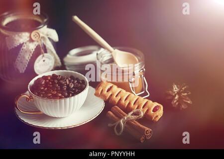 Für das Frühstück. Süßigkeiten und Gebäck mit Muttern für Kaffee auf ein bl - Stockfoto