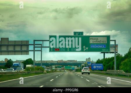 Obenliegende gantry Zeichen auf der Autobahn Richtung Prag in der Tschechischen Republik - Stockfoto