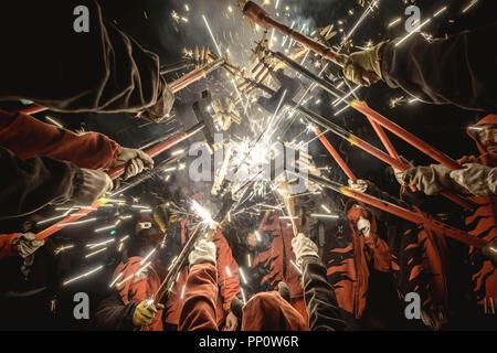 Barcelona, Spanien. 22. September 2018: 'Correfocs' (Feuer Läufer) sammeln ihre Feuerwerk während des Barcelona Fiesta Mayor (Festival), La Merce Credit: Matthias Oesterle/Alamy Leben Nachrichten zu erleuchten.