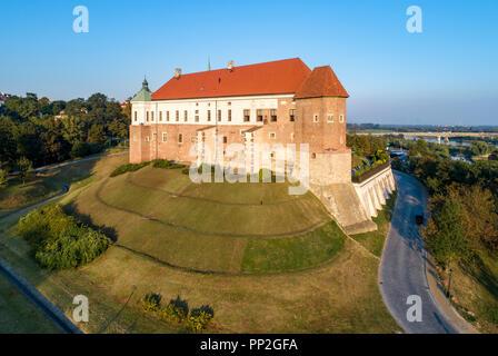 Mittelalterlichen gotischen Burg in Sandomierz, Polen, im 14. Jahrhundert erbaut. Luftbild bei Sonnenuntergang Licht mit Weichsel Fluss und Brücke im Hintergrund - Stockfoto