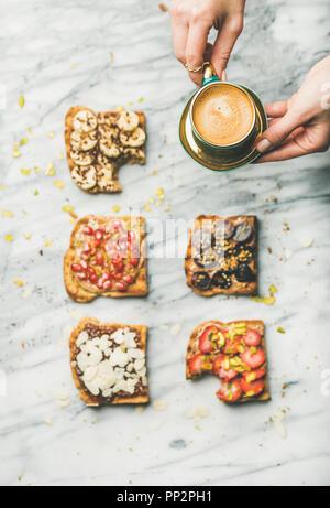 Gesundes Frühstück mit Vollkorn Toast, der Frau die Hände mit Kaffee - Stockfoto