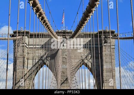 Die ikonischen Brooklyn Brücke über den East River zwischen Manhattan und Brooklyn, New York City, USA - Stockfoto